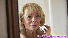 Обожающая сперму бабушка наслаждается сосанием хуя