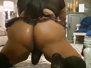 Big Booty Shemale gefickt
