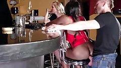Sodomie surprise dans un bar