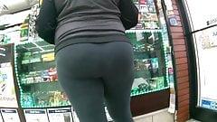 Ebony gilf in leggings