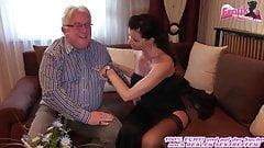 巨乳のドイツ人熟女がエスコートデートでおじいちゃんとセックス