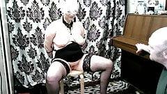 ¡Una mujer debe ser sumisa! manos a la espalda, perra !!