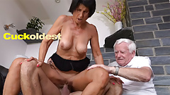 老人が妻イエタの精液を舐める