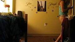 Une jeunette danse a poil dans sa chambre