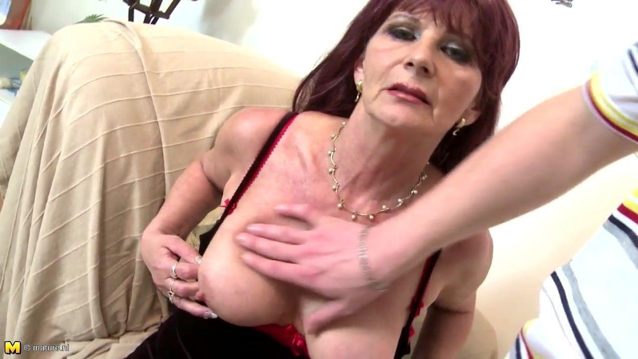 Granny Schlampe wichst sich ihr Dreckiges Loch für dich ab