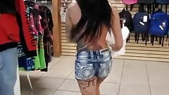 Татуированная телочка раздевается в публичном магазине и трахает ее пальцами