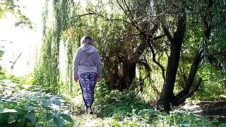 Russian milf with a gorgeous ass pisses a lot in outdoor