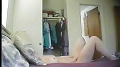 Сиди дома, мама мастурбирует перед скрытой камерой, мастурбация двойным дилдо!