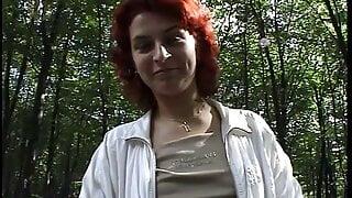 Vanessa geil vom joggen besorgt es sich im Wald selbst