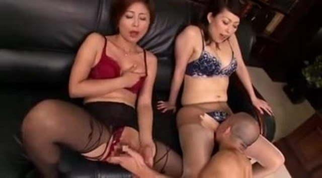 美熟女社員二人がゴルフ練習中の社長にセックスご奉仕社長室プレイ!桐岡さつき 羽賀そら美