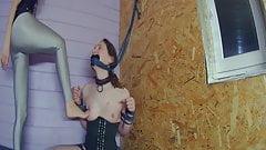 Un prêtre coquin ligoté et humilié son esclave