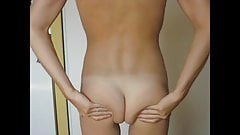 Gina montre ses fesses