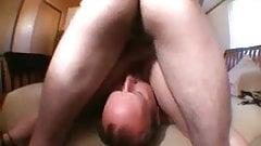 Лысый муженек лижет киску жены после того, как приятель трахает ее!