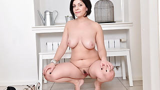 Curvy mature Nicole gives her pussy a good rub