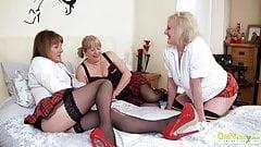 Oldnanny lésbica madura buceta comendo sexo a três