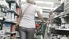 Sexy rubia MILF usar plata medias (clip corto)