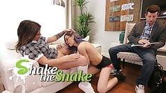 Shake the Snake - два мужика играют с учителем, чтобы не