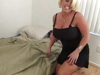 Amazon boy pee - Hot amazon blonde cougar works one out