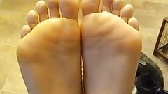 Чернокожая татуированная дрочка ног ступнями