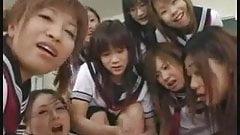 Азиатские школьницы ласкаются с учителем