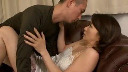 熟女妻の牧原れい子が発情した息子に迫られフェラをして生ハメ中出し