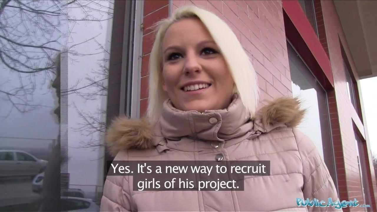 Public Agent Heiße Blondine