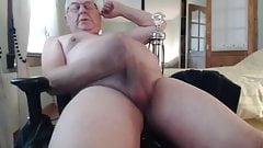 Papi des alten Mannes kommt auf Kamera 81