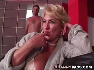 Flurl pussy stuffed Busty grandma is getting her pussy stuffed