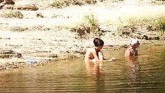 Пара занимается сексом на маленьком озере