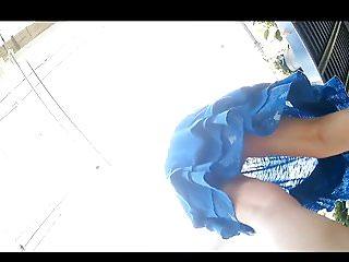 Voyeur jupe Upskirt sous la jupe de 2 femmes