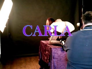 Photographe amateur mod le charme Carla nue devant le photographe