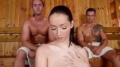 Горячий секс в тройничке в сауне