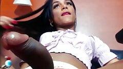 Чернокожая транссексуалка с большим членом мастурбирует в видео от первого лица