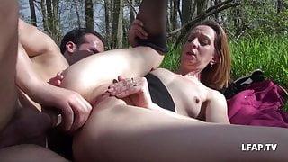 Jolie MILF francaise sodomisee en pleine nature