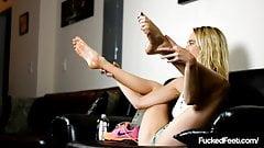 Стройная молодая крошка-блондинка Cadence Lux не может кончить с фантазией