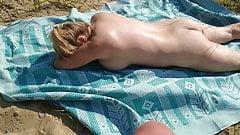 日光浴をしている間に女の子でオナニーする男