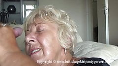 British mature amateur takes a huge facial in her own home