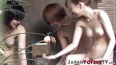 Обнаженных японских крошек тайно сняли на видео в публичной бане
