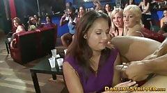 Ella vestida, él desnudo - chicas babean en enormes pollas de stripper, interracial