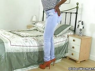 Look sexy tip - British milf bounty looks sexy in a pair of jeans