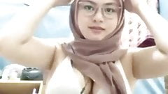 Amateur Malay Hijab girl show nice boobs on webcam