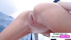 Entzückendes dünnes Teen squirtet vor der Kamera