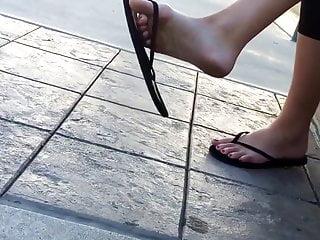 Flip clips mature - Candid girl sexy feet dangling flip flops