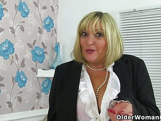 Give me youn cunt English milf alisha rydes gives her cunt a treat
