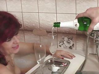 La salle sex scandal video Dans la salle de bain
