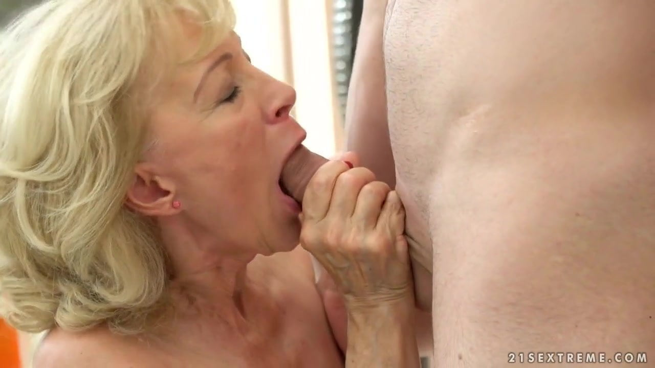 Hängetitten Oma fickt wie wild
