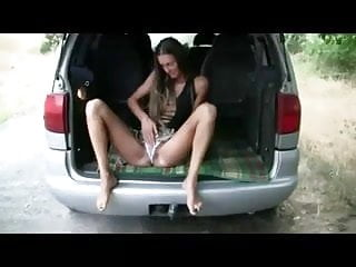 Sex auto video - Amateurin schiebt sich den dildo im auto rein