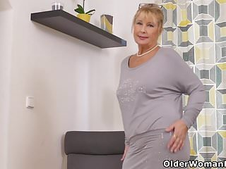 Gigi edgley nude pics - Euro granny gigi needs to rub one out