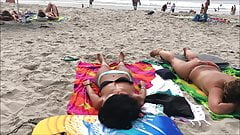 Peitos fora em uma praia não-nua