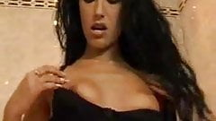 Красивая крошка-латина мастурбирует в ванне до оргазма